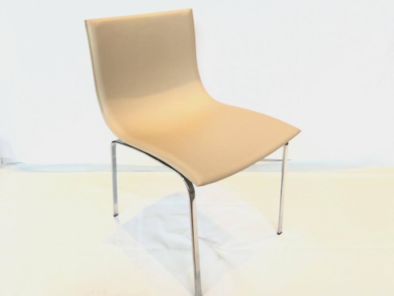 chaise en cuir et pied chromé