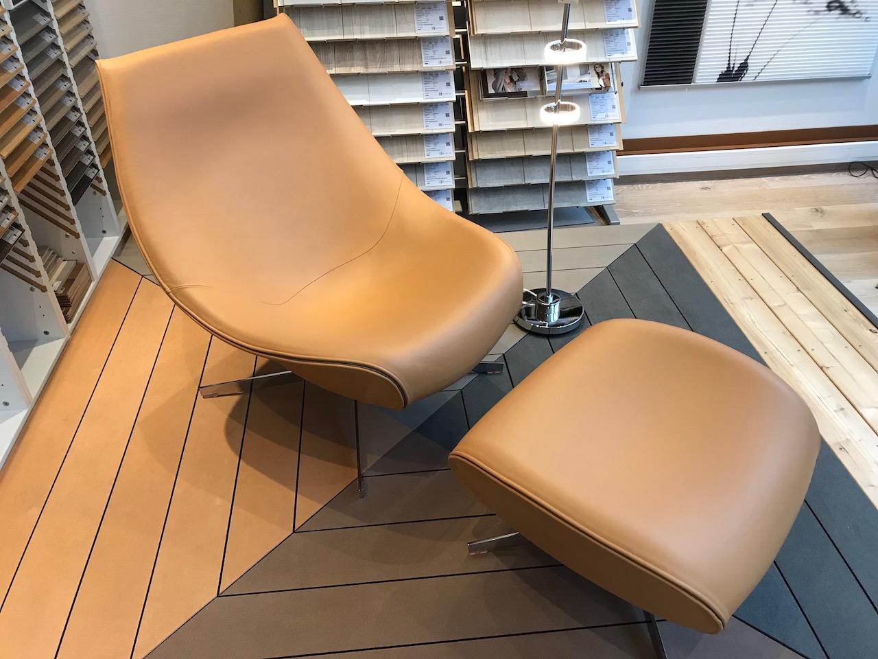 fauteuil et pouf en cuir pied chromé