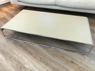 table basse cuir et pied chromé