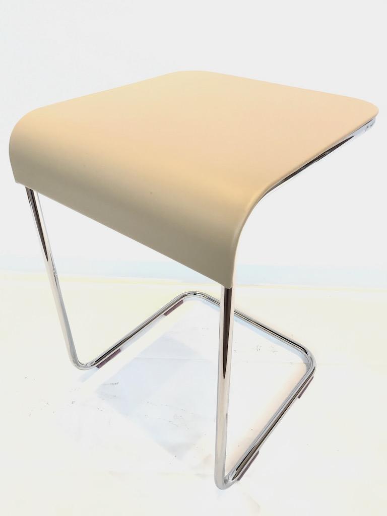 table gigogne en cuir et pied chromé